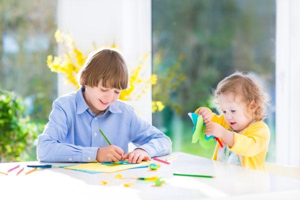 bambini che creano addobbi di primavera