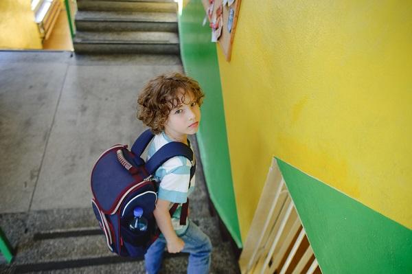 bambino che non vuole andare a scuola
