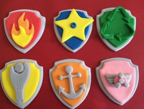 biscotti della Paw Patrol decorati con pasta di zucchero_distintivi