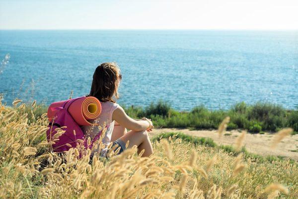 ragazza ormai donna guarda il mare