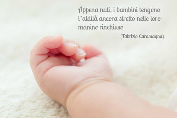 frasi per la nascita di un bambino immagine con mano