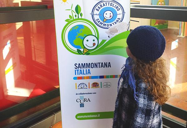 Bambina davanti a cartellone Sammontana_ Progetto scuola missione green