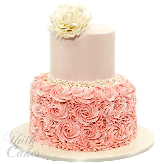 Torte cresima con panna per ragazza con rosette e fiore