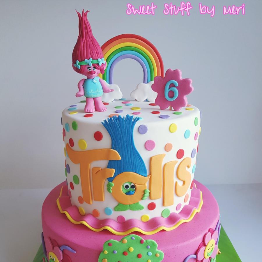 Torte dei Trolls in pasta di zucchero con arcobaleno e pois