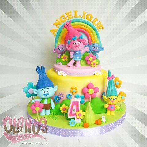 Torte dei Trolls_ Poppy e i suoi amici con fiori e arcobaleno