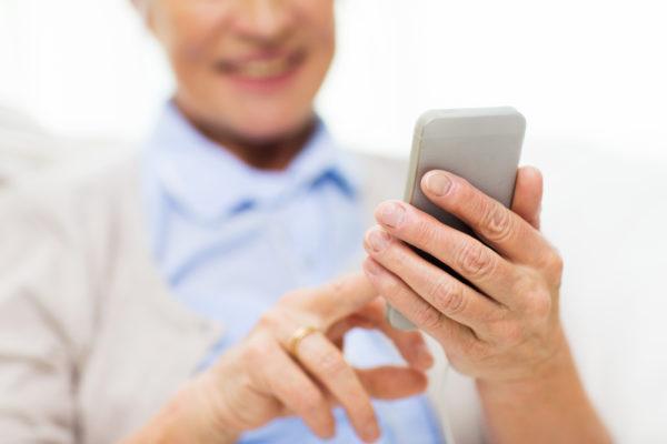 anziani sicuri con familcare app smarphone