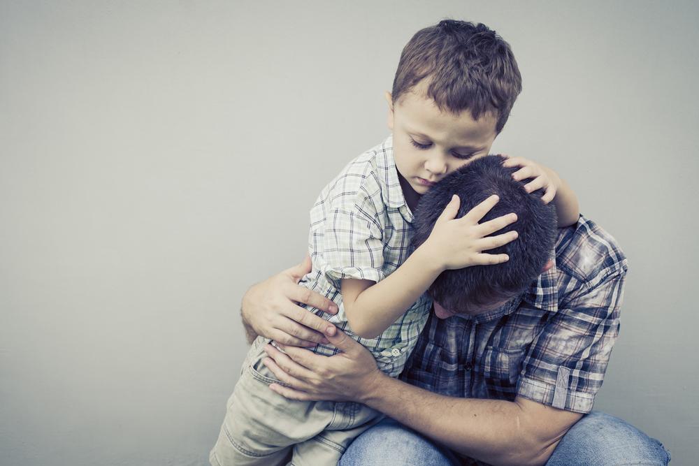 figlio abbraccia il padre