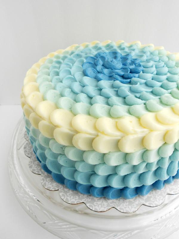 torte cresima con panna per ragazzo con ombre azzurre