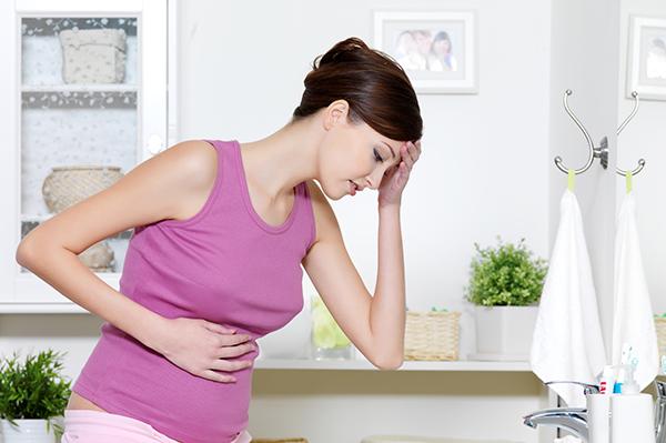 Donna incinta con nausea_ 5 cibi contro la nausea in gravidanza