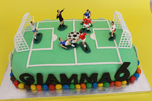 Torta di compleanno per bambini maschi_campo da calcio