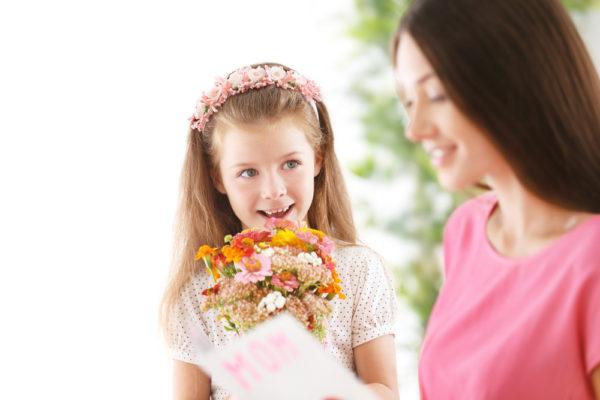 bambina che recita una poesia per la festa della mamma