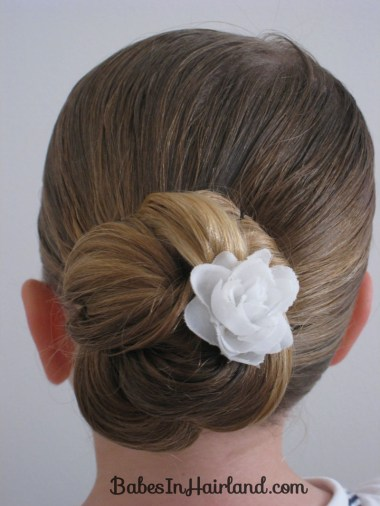 pettinature con capelli raccolti chignon per prima comunione