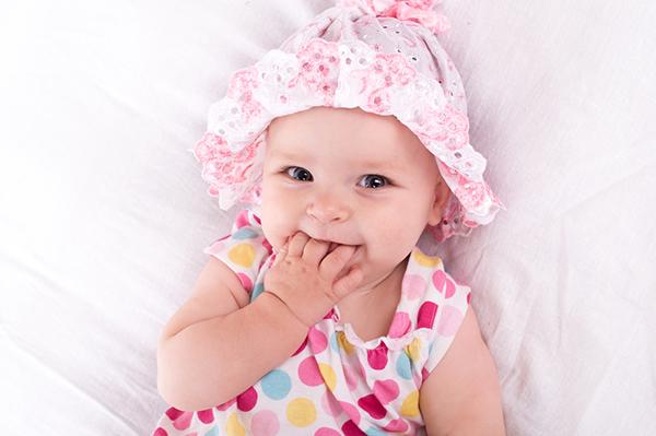 Bodino nei neonati in estate _bambina con vestitino