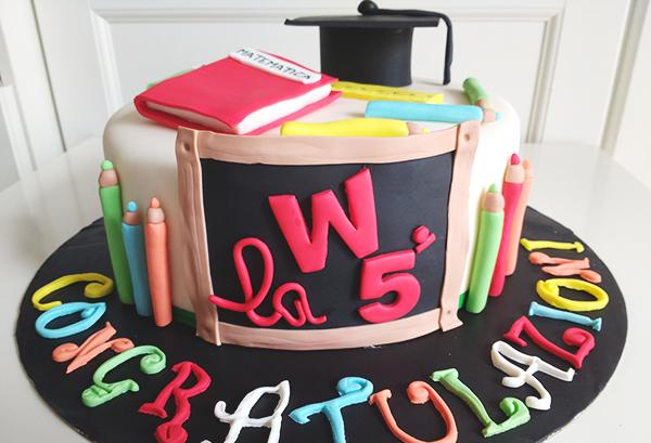 Torta fine anno scolastico elementari in pasta di zucchero con lavagna e colori