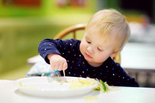 bambino che mangia il pesce