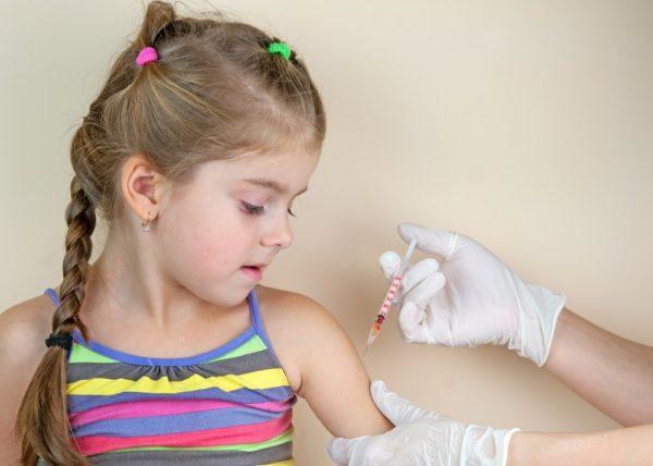 bambina che fa le vaccinazioni