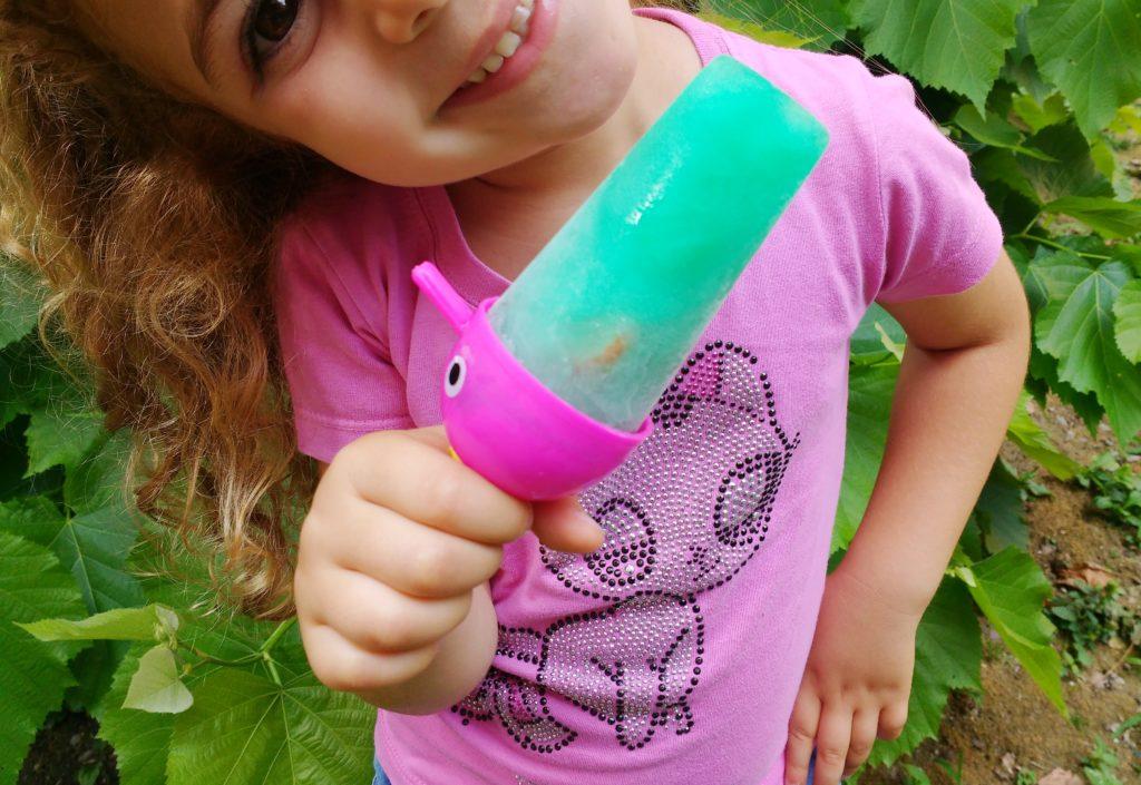Bambina che sorride con ghiaccioli alla menta e fragole fresche per i bambini _ fabbri