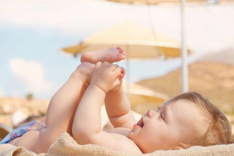 bambino sotto l'ombrellone- Bagnetto al mare per il neonato