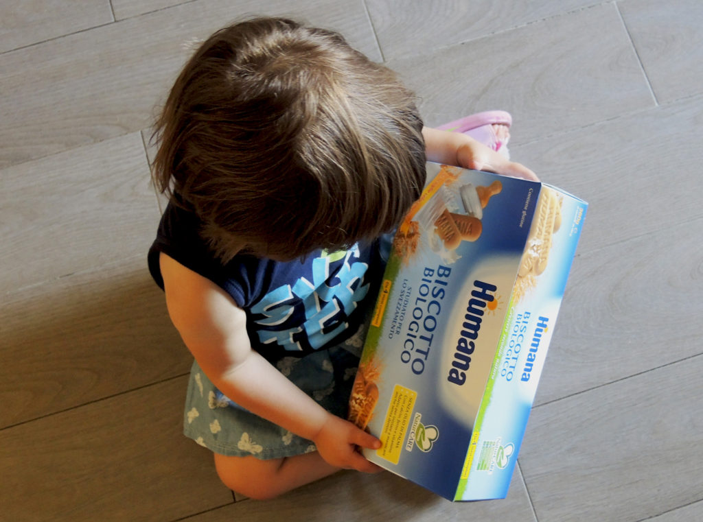 Merenda in vacanza con bambini piccoli _ biscotti Humana_bambina
