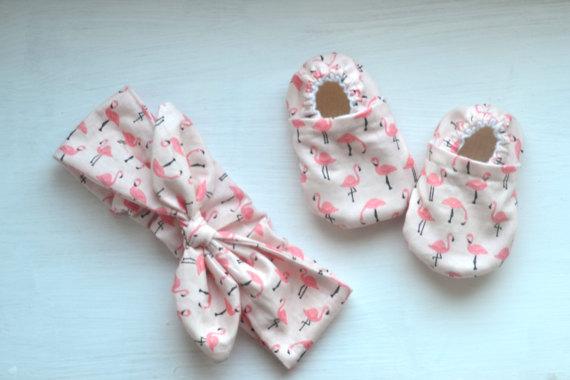fascia e scarpine con fenicottero rosa