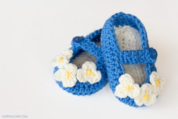 scarpine all'uncinetto per neonati blu con fiori