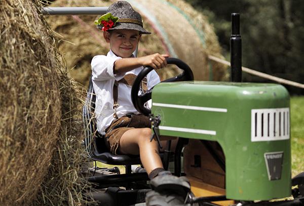 Eventi da vivere in Trentino con la famiglia in estate _ Latte in Festa R. Magrone-bambino sul trattore.jpg