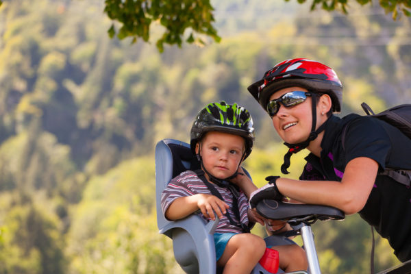 mamma e bambini in bicicletta