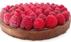 Torte di compleanno al cioccolato con ganache e lamponi