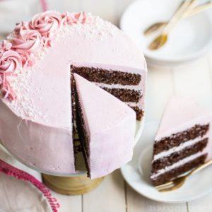 Torte di compleanno al cioccolato con ganache rosa e rosette