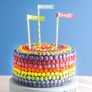 Torte di compleanno al cioccolato con smarties