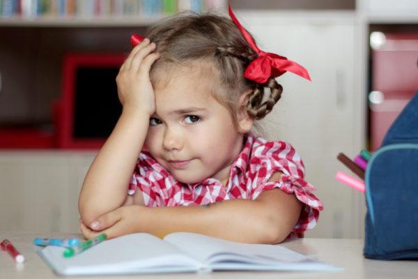 bambina che scrive filastrocche primo giorno di scuola