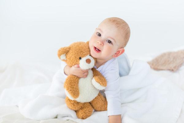 bambino con orsetto per inserimento al nido