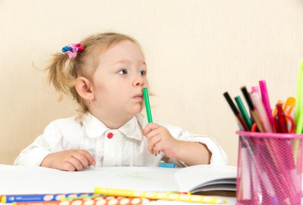 primo giorno di prima elementare bambina che fa i compiti