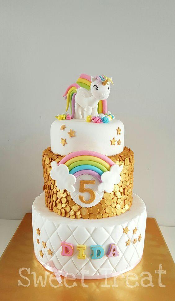 Torte unicorno per feste di compleanno con pasta di zucchero color oro