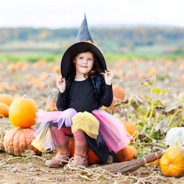 bambina con vestito da strega per halloween e gonna in tulle