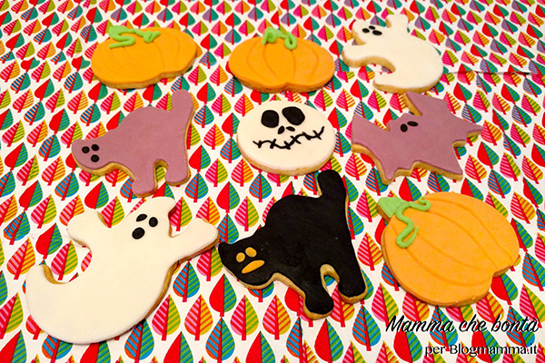 dolci facili di Halloween da fare con i bambini _ biscotti decorati con pasta di zucchero.jpg