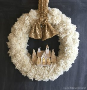 Decorazioni di Natale fai da te con i pompon _ Ghirlanda bianca di Natale con pom pom