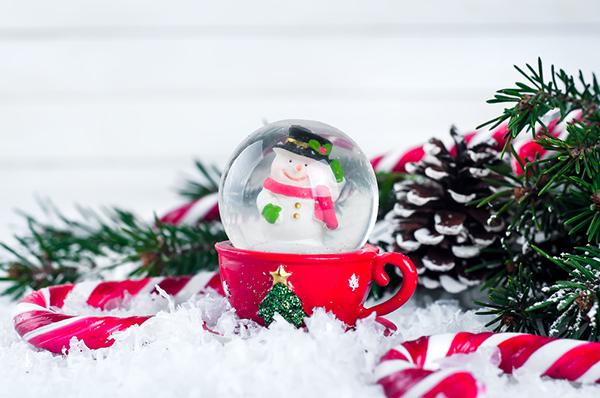 Globo di neve fai da te con barattolo in vetro_ pupazzo di neve e decorazioni rosse