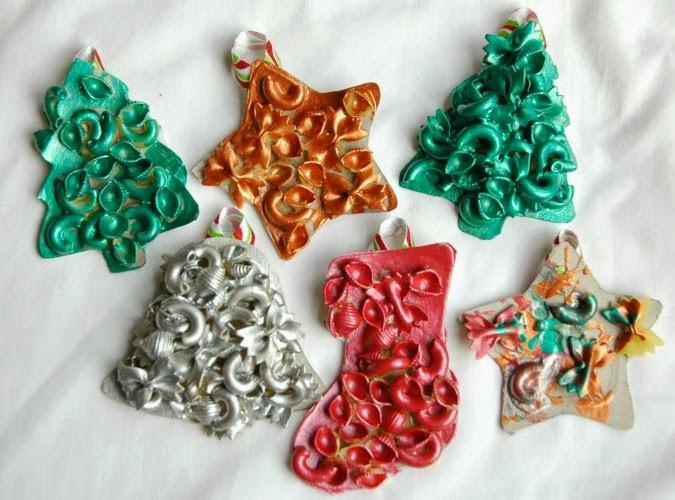 ornamenti e stella con pasta
