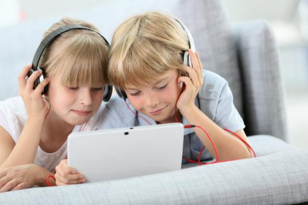 bambini che ascoltano audilibri con audible