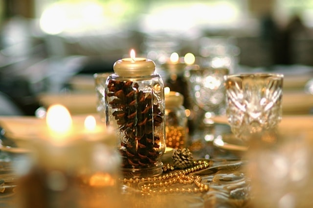 centrotavola con pigne in vasi di vetro