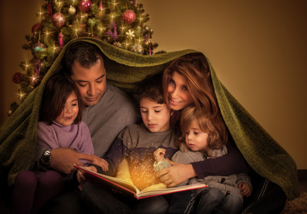 famiglia che legge le storie di Natale