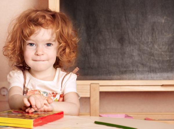 bambina a scuola un anno prima