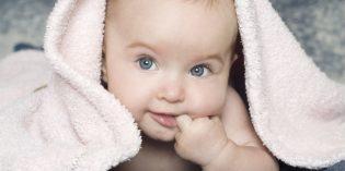 Bambini: perché si mettono le mani in bocca?