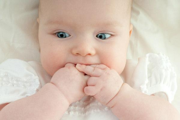 Neonato mani in bocca