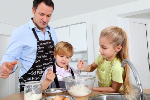attività padre e figlio: cucinare insieme