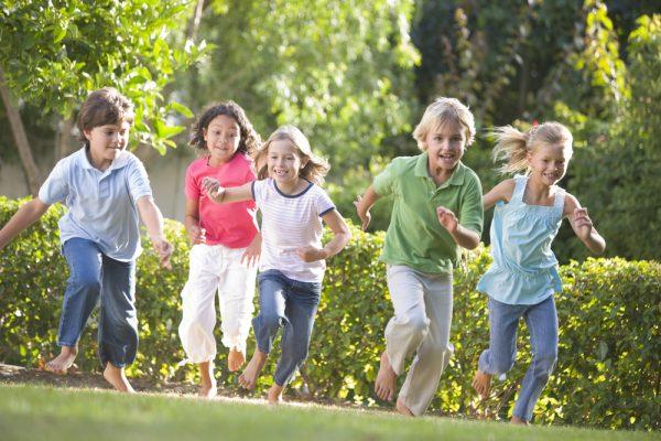 bambini che corrono nelle feste di compleanno in giardino