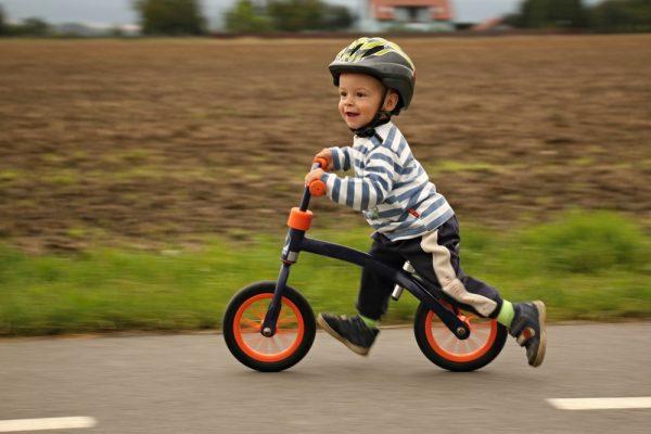 bambino su bicicletta senza pedali