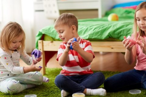 bambini che giocano con lo slime