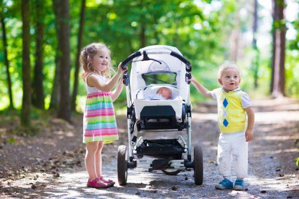 neonato in carrozzina in estate
